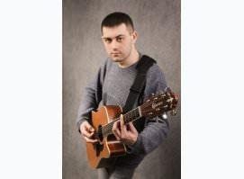 Поющий гитарист    Третьяковская